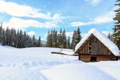 Snowy-Landschaft in den Bergen stockbild