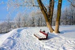 Snowy-Landschaft mit Bank Lizenzfreie Stockfotografie