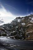 Snowy-Landschaft mit Straße Stockfotos
