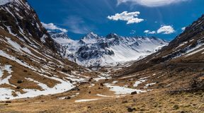 Snowy-Landschaftswunderbare Berge stockfotografie