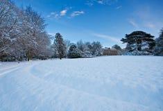 Snowy-Landsitzhausboden an einem Winternachmittag Stockbilder