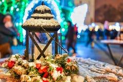 Snowy-Laternenzusammensetzung am Vilnius-Weihnachtsmarkt Stockfoto