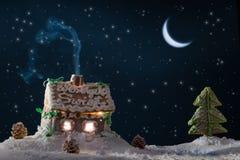 Snowy-Lebkuchenhäuschen mit Sternen stockfotos