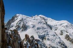 Snowy Mont Blanc in un giorno soleggiato, osservato da Aiguille du Midi, vicino a Chamonix-Mont-Blanc Immagini Stock