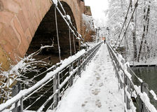 Snowy Nürnberg, Deutschland Eisenbrücke (Kettensteg), alte Stadtstadtmauern stockfotografie