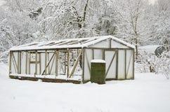 Snowy-Plastikgewächshaustreibhaus im Mitte- des Wintersbauernhofgarten Lizenzfreie Stockfotografie