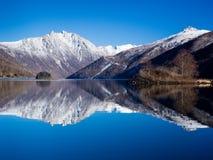 Snowy-Reflexion stockfotografie