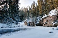 Snowy-Sandsteinquerneigungen Stockfoto