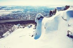 Snowy schaukelt mit Nitra-Stadt im Hintergrund, Slowakei Lizenzfreies Stockbild