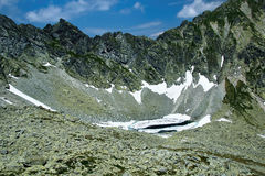 Snowy See im Hochgebirge Stockfotos
