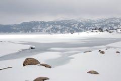 Snowy See in Pyrenees lizenzfreies stockbild