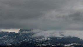 Snowy si rannuvola le montagne, lasso di tempo video d archivio
