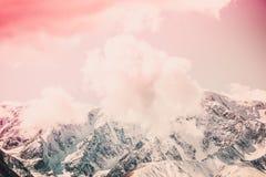 Snowy-Spitzen des Gebirgszugs unter dem rosa Himmel lizenzfreies stockbild