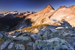 Snowy-Spitzen- und -hintergrundfelsen Stockfotografie