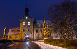 Snowy-Stadtbild an der Dämmerungstadt Hall Bamberg-Deutschland stockfotografie