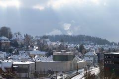 Snowy-Stadtbild von Heidenheim ein der Brenz im Winter lizenzfreie stockbilder