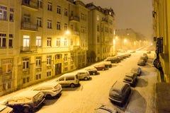 Snowy-Straße in der Nacht Stockbild