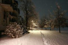 Snowy-Straße nachts Lizenzfreie Stockfotos