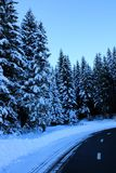 Snowy-Straße in SoriÅ-¡ Ka, Slowenien stockbild