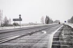 Snowy-Straße und ein Schneesturm während der Reise Stockbild