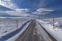Snowy-Straße zum Skys Lizenzfreie Stockfotos