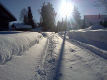 Snowy-Straßenbahn im Vorstadtdorf Lizenzfreie Stockfotografie