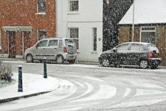 Snowy-Straßenszene Parkautos Stockfotografie
