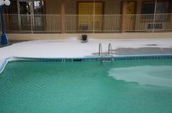 Snowy-Swimmingpool in Kingman, Arizona, US Lizenzfreie Stockfotografie