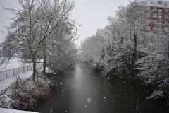 Snowy-Tag in Leamington-Badekurort Großbritannien, Ansicht über Leam River, Pumpenraum-Gärten - 10. Dezember 2017 Stockfotografie