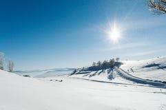 Snowy-Tal an der Spitze des Berges mit einem klaren blauen Himmel an einem sonnigen Tag lizenzfreies stockbild