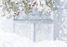 Snowy-Tannenzweige und -stechpalme im Hintergrund mit eisigem patte Stockfotografie