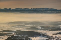 Snowy Tatra occidentale alza alla luce solare d'ardore di mattina in Polonia immagini stock