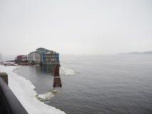 Snowy und nebeliger Tag auf dem Jachthafen Stockbild