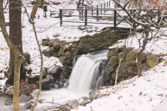 Snowy-Waldwasserfall Lizenzfreie Stockfotografie