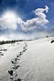 Snowy-Weg auf dem Hügel Stockfotos