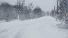 Snowy-Weg mit Spuren Winterlandschaft, fallender Schnee, bedeckt mit frischem Pulver stock video
