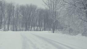 Snowy-Weg mit Spuren Winterlandschaft, fallender Schnee, bedeckt mit frischem Pulver stock footage