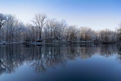 Snowy Winter See-Reflexionen Lizenzfreies Stockbild