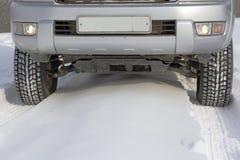 Snowy-Winterstraße voran ein Auto Lizenzfreie Stockfotos
