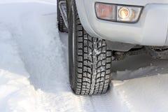 Snowy-Winterstraße voran ein Auto Lizenzfreie Stockfotografie