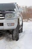 Snowy-Winterstraße voran ein Auto Stockfoto
