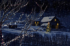 Snowy-Winterszene einer Kabine im Abstand Lizenzfreies Stockfoto