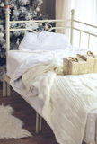 Snowy-Winterwald und knorrige breite Spuren Lizenzfreie Stockfotografie