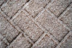 Snowy-Ziegelsteine auf dem Grundhintergrund stockfoto