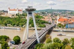 SNP-brug over de rivier van Donau en panorama van Bratislava Royalty-vrije Stock Afbeeldingen