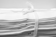 Snörd åt packe av vita damast torkdukeservetter Arkivfoton