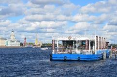 Snt ΠΕΤΡΟΥΠΟΛΗ, ΡΩΣΙΑ, 08 ΣΕΠΤΕΜΒΡΙΟΥ, 2012 Σπίτι καφέ καφέδων στο Neva Στοκ Φωτογραφίες