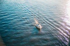 Snt Pétersbourg, Russie - 18 05 2018, le bateau entre dans la bouche de la rivière de Neva du golfe de Finlande Photo libre de droits
