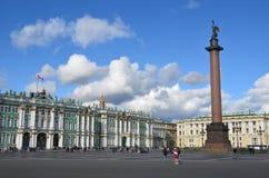 Snt Peterburg, Ρωσία, 08.2012 Σεπτεμβρίου, Άνθρωποι που περπατούν στο τετράγωνο παλατιών κοντά στη στήλη του Αλεξάνδρου Στοκ Εικόνα