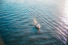Snt Petersburg, Rosja - 18 05 2018 wchodzić do usta Neva rzeka od zatoki Finlandia łódź Zdjęcie Royalty Free